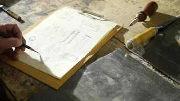 carpinteiro canhoto fazendo cálculos video