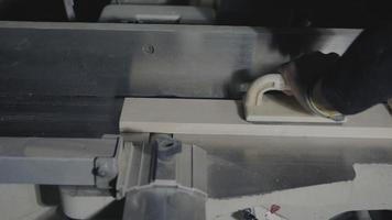 carpinteiro aplaina um pedaço de madeira em uma junta video