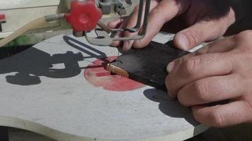 un carpintero corta una sierra de calar de ébano