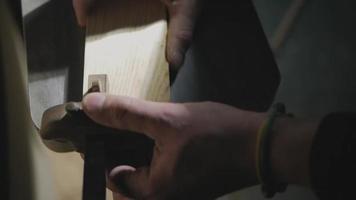 carpintero haciendo marcas en la pieza de trabajo video