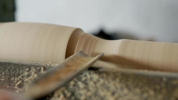 esculpindo um pedaço de madeira video