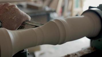 as mãos de um carpinteiro esculpindo um pedaço de madeira video