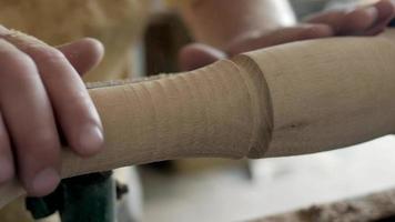 as mãos de um carpinteiro girando uma peça de madeira video