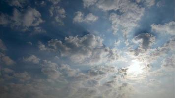 timelapse de um céu azul com nuvens