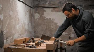 carpintero trabajando en su estudio con una sierra japonesa