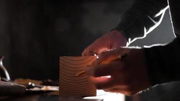 carpintero hace una marca en la pieza de trabajo con un lápiz video
