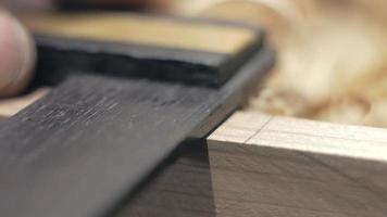 charpentier marque le bois avec un crayon