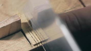 carpintero corta los dientes de un peine de madera