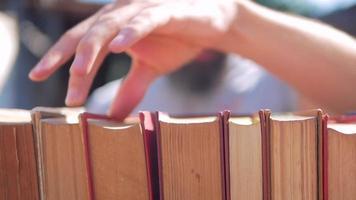 hombre hojear libros con los dedos