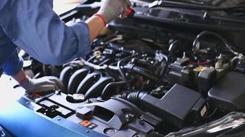 Automechaniker, der den Automotor untersucht video