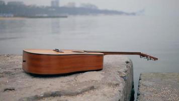 tendido de guitarra acústica junto al muelle video