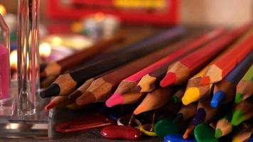 relógio de areia e material escolar colorido video