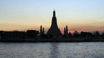 de horizon van bangkok yai met wat arun-silhouet, thailand