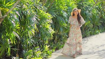 joven mujer asiática camina en el jardín video