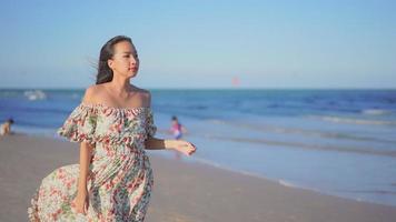 jovem asiática caminhando na praia