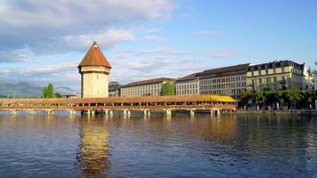 ponte della cappella e lago in svizzera video