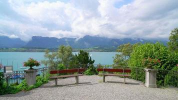 Lago Thun con nubes en Suiza