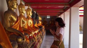 femme priant dans le temple