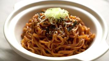 spaghetti istantanei coreani con kimchi