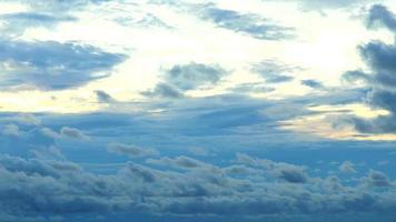 nuvens movendo-se lentamente durante o pôr do sol video