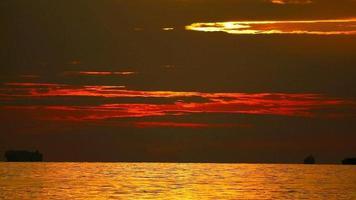 o pôr do sol e seu reflexo na superfície do oceano video