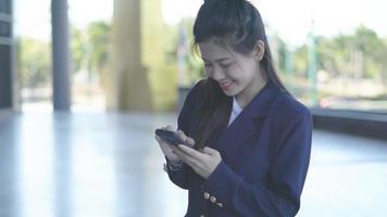 mujer sorprendida mirando la pantalla del teléfono móvil
