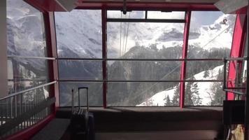 carrinho de cabo com vista para a montanha