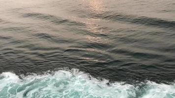 sanfte Wellen von der Seite eines Bootes video