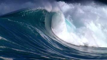 grande onda pesada quebrando em um recife raso