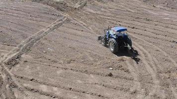 Mann fährt einen Traktor video