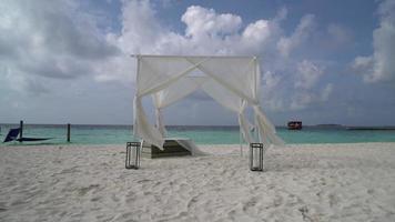 cabana branca na praia nas maldivas video