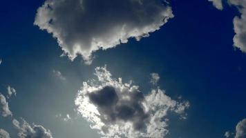 sol aparecendo entre as nuvens