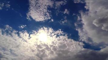 movimiento de las nubes contra el fondo del cielo