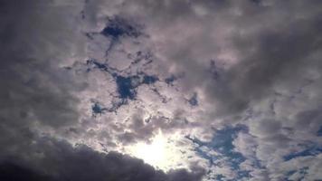 nubes moviéndose en el cielo