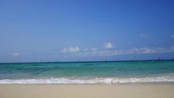 la playa y el cielo azul claro en verano