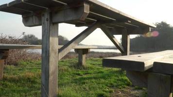 una mesa de picnic con vistas al estanque