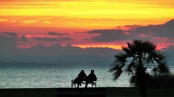 coucher de soleil et le couple sur un banc video