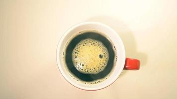 taza de café en la mesa blanca