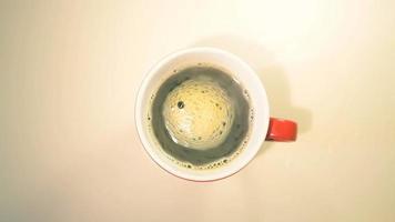 café quente na caneca vermelha video