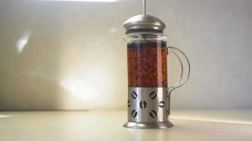 prensa francesa de vidrio haciendo té