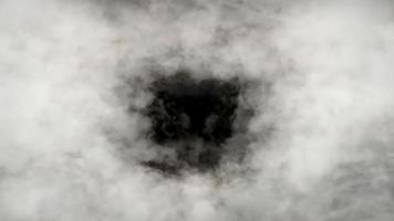 vôo em loop através das nuvens