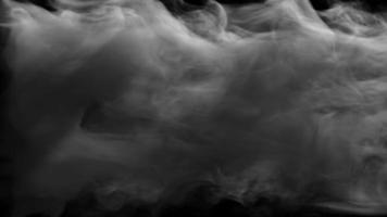 fumaça cinza espessa desaparecendo rapidamente em um fundo escuro video