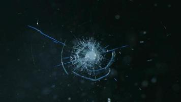 una bala golpeando un vidrio a prueba de balas