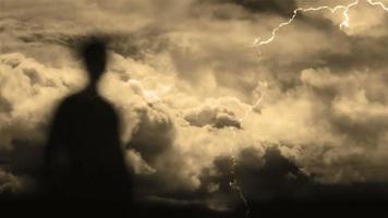 silhouette fantasma e tempesta di fulmini