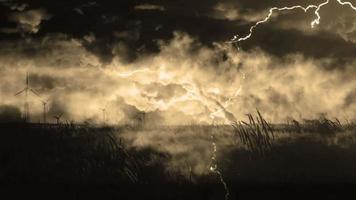 campo di grano e tempesta di fulmini
