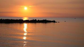 lindo pôr do sol no mar