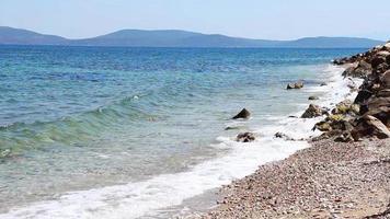 rocas y piedras en la orilla del mar video