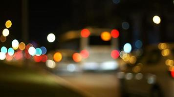 Luzes bokeh de carros de trânsito à noite video