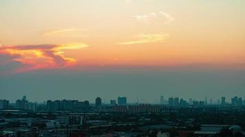 pôr do sol ou nascer do sol em um céu nublado sobre a cidade