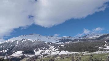 les sommets des montagnes avec des nuages